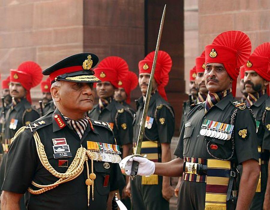 Начальник штаба сухопутных сил Индии раджпут Виджай Кумар Сингх обходит строй «родного» Раджпутского полка. 2012 год