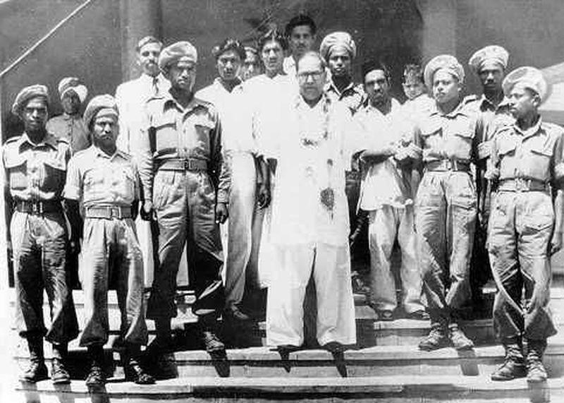 Б.Р.Амбедкар с махарскими новобранцами, 1942 год