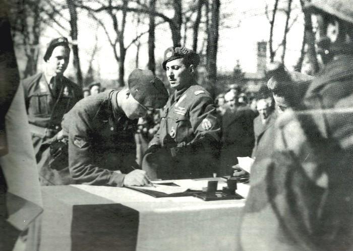Присяга парашютистов-новобранцев в школе в Традате, январь 1944 года. В центре снимка – подполковник Эдвино Дальмас Источник: mymilitaria.it - «Нембо», «Фольгоре», «Адзурро» | Военно-исторический портал Warspot.ru
