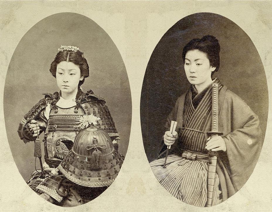 Классические студийные фотокарточки «девушек-самураев». Автор работ и имена моделей неизвестны. jacar.go.jp
