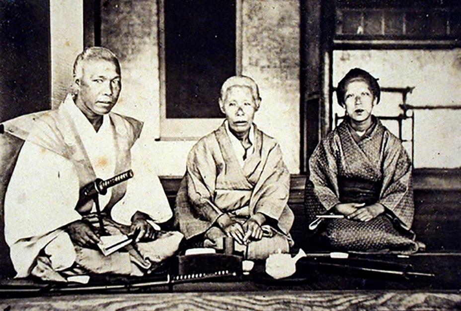 Самурай с матерью и сестрой. Фотограф – австрийский дипломат Раймунд фон Штильфрид, 1871 год. tomburnettcollection.com