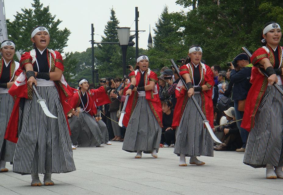 Японские девушки изображают «женский отряд» на ежегодном фестивале в городе Айдзувакамацу. asahi.com
