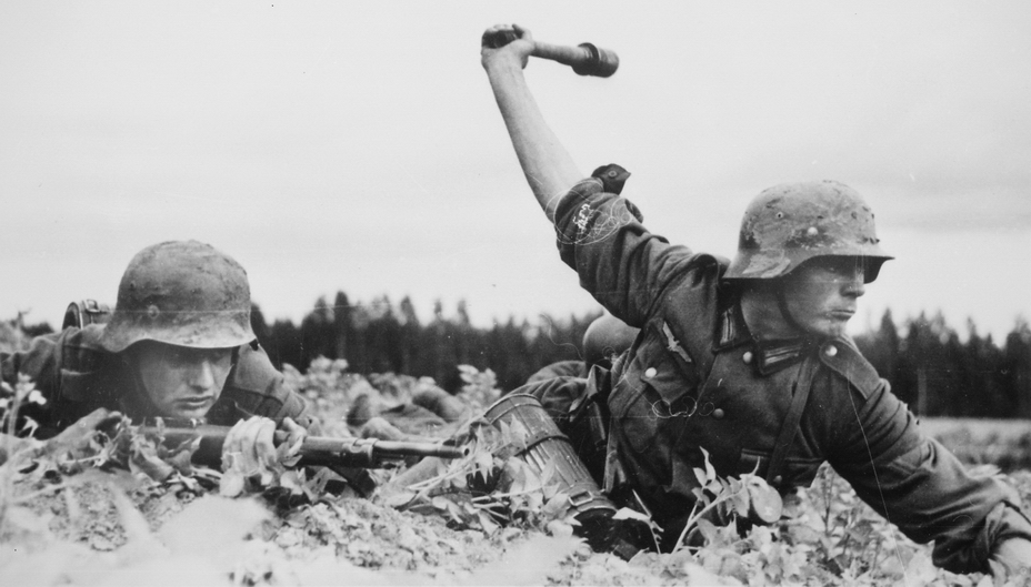Немецкие солдаты в касках М35 или М40. http://www.wwii-info.net - Чья каска была лучше?   Warspot.ru