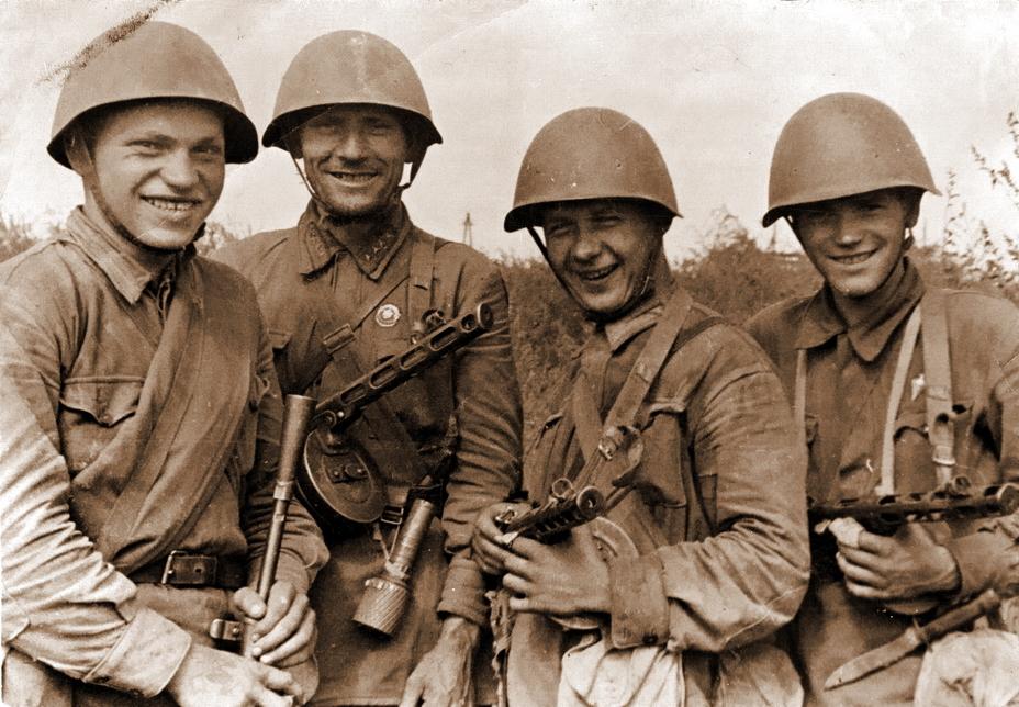 Советские солдаты в касках СШ-39 и СШ-40. http://www.wio.ru - Чья каска была лучше?   Warspot.ru