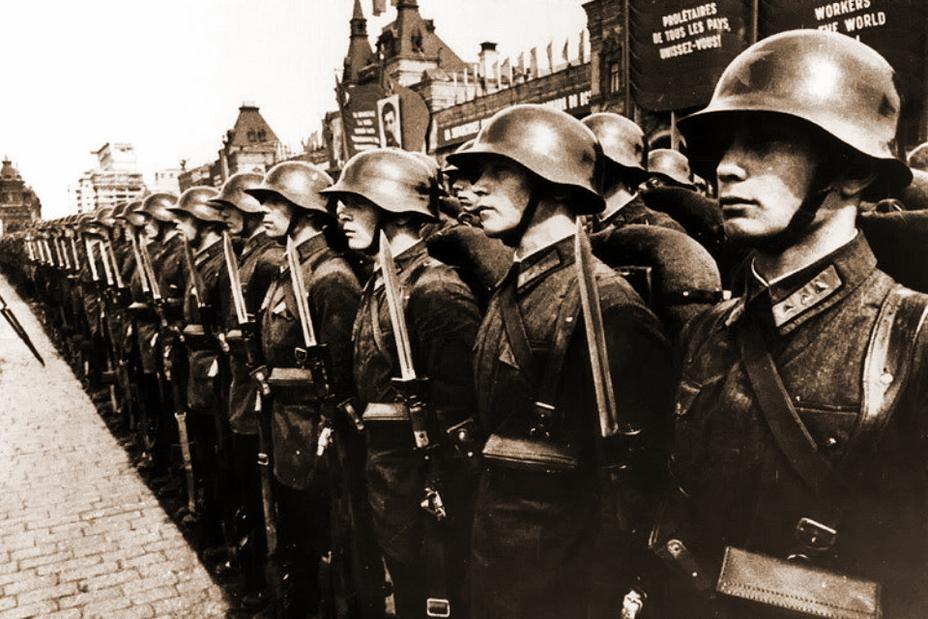 Красноармейцы на параде в стальных шлемах СШ-36. http://forum.guns.ru