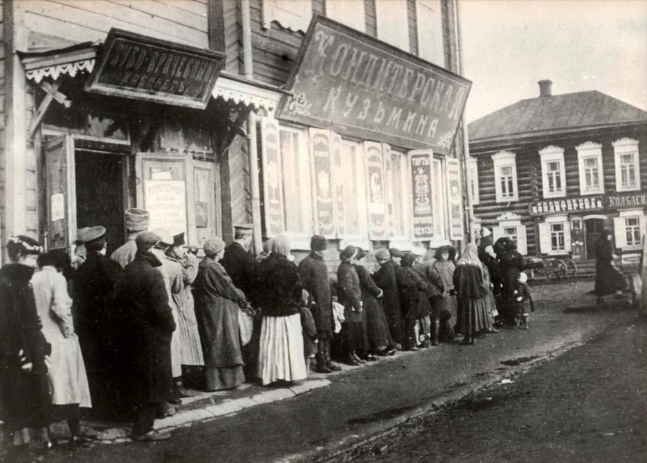 Очередь за хлебом. Самара, октябрь 1917 г. историческая-самара.рф