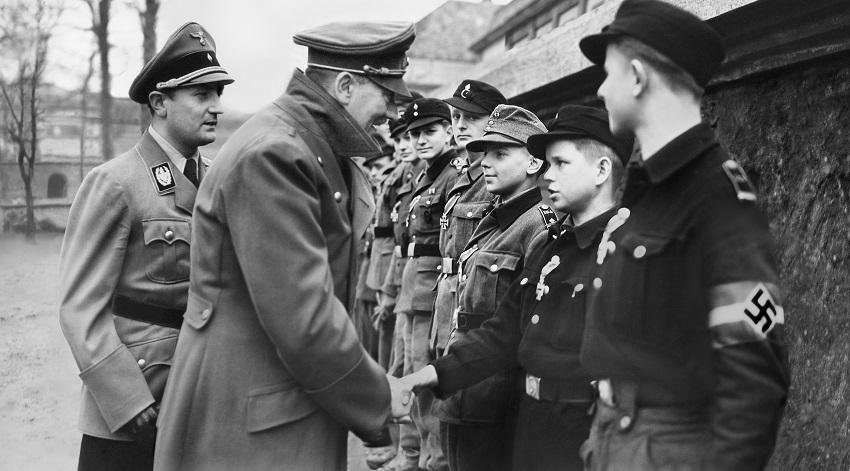 Одно из последних фото Гитлера: фюрер разбитого Рейха награждает солдат-юнцов Железными крестами. Снимок сделан в марте 1945 года в Берлине. По мнению Сабо и его последователей, фюрер и Ева Браун бежали в Антарктиду, где их ждало убежище (http://bell.greyfalcon.us)