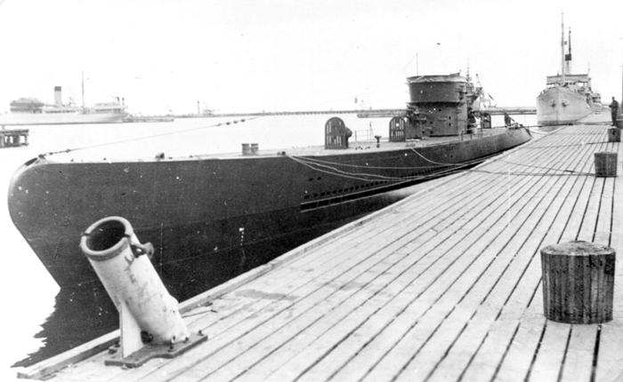 Подлодка U 464, относящаяся к лодкам XIV серии. Данные субмарины были спроектированы как подводные танкера и лодки снабжения. Их основная задача – заправлять субмарины в море и снабжать их продовольствием (http://dubm.de)