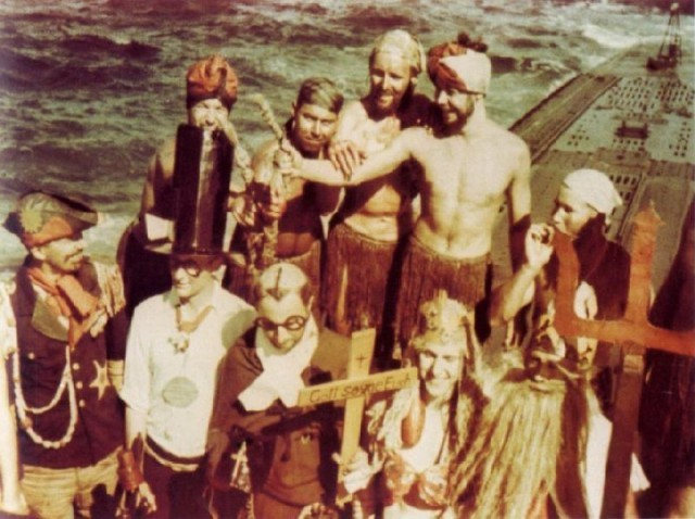 Немецкие подводники из экипажа U 177 празднуют пересечение экватора. Война войной, а праздник Нептуна – дело святое (https://www.u-historia.com)