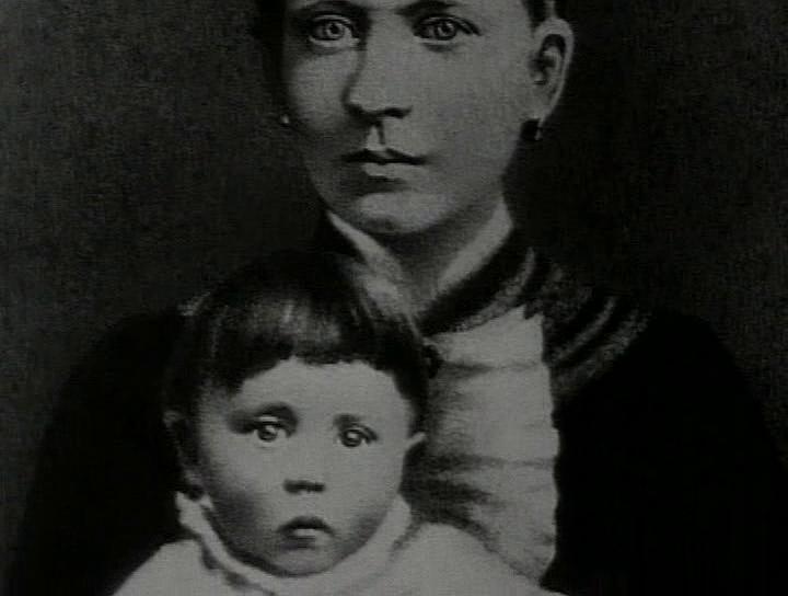 Адольф Гитлер на руках у своей матери Клары. Климов даёт нам в руки винтовку Флёры Гайшуна. Выстрелим?