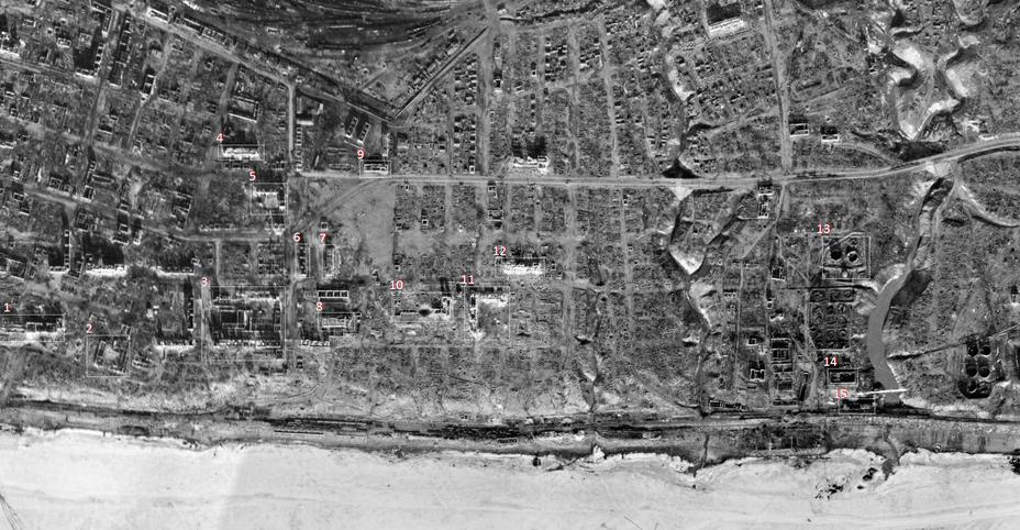Схема расположения объектов, упоминаемых в исследовании, на немецком аэрофотоснимке, сделанном в марте 1943 года: 1 – Госбанк; 2 – развалины пивзавода; 3 – комплекс зданий НКВД; 4 – школа №6; 5 – военторг; 6 – «Дом Заболотного»; 7 – «Дом Павлова»; 8 – мельница; 9 – «Молочный дом»; 10 – «Дом железнодорожников»; 11 – «Г-образный дом»; 12 – школа №38; 13 – нефтяные баки (немецкий опорный пункт); 14 – масломазеваренный завод; 15 – склад завода. При нажатии на фото доступна версия в большем размере - Неизвестный Сталинград: анатомия легенды о «Доме Павлова» | Warspot.ru