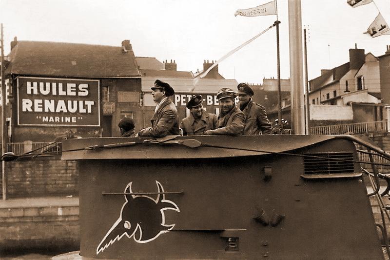U 96 вернулась из похода. На рубке видна эмблема лодки — рыба-пила, которая впоследствии стала знаменитой благодаря фильму. Однако, когда Буххайм совершил поход на U 96 осенью 1941 года, на рубке была совсем другая эмблема — «Бык Скапа-Флоу». http://www.subsim.com - Das Boot — правда и вымысел   Военно-исторический портал Warspot.ru