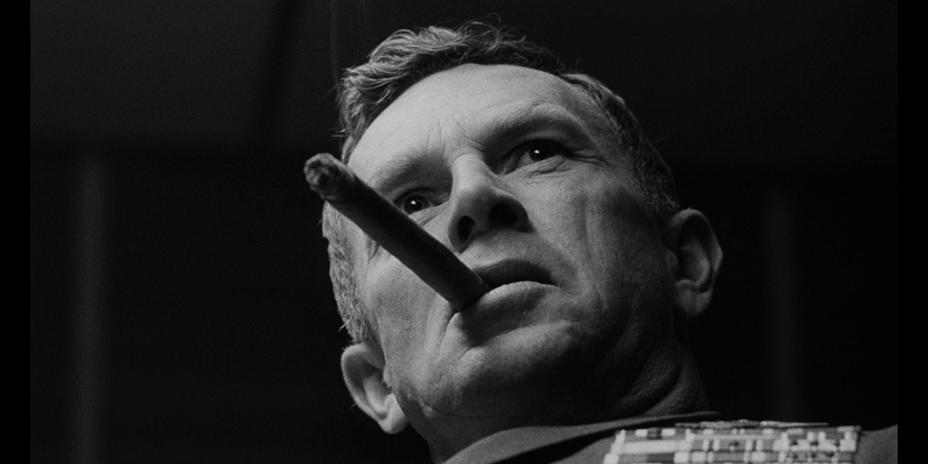 Враг в фильме Кубрика — все власть имущие, которые решили, что мира можно достичь только бряцанием оружия