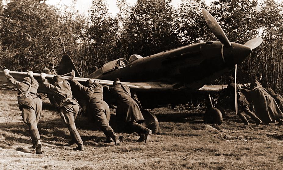 Механики закатывают в укрытие истребитель МиГ-3 из 401-го ИАП ОСНАЗ, июль 1941 года - Тяжёлое испытание для испытателей | Warspot.ru