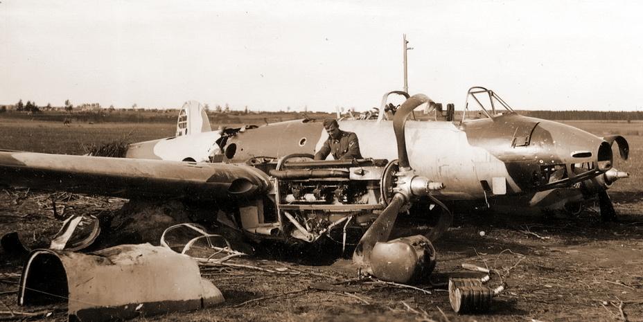 Бомбардировщик Пе-2 из 410-го БАП в своем узнаваемом камуфляже, разбитый на посадке - Тяжёлое испытание для испытателей | Warspot.ru