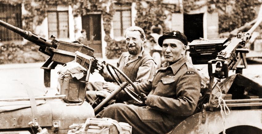 Владимир Пеняков за рулём внедорожника после возвращения в строй, май 1945 года. Хорошо виден протез кисти левой руки