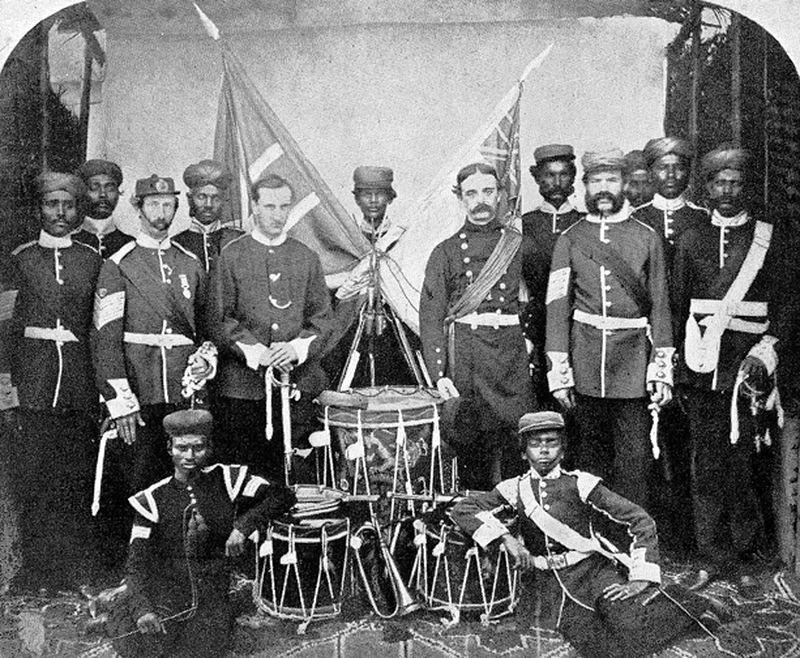 Группа офицеров и солдат 22-го Мадрасского туземного полка. Фотография 1861 года