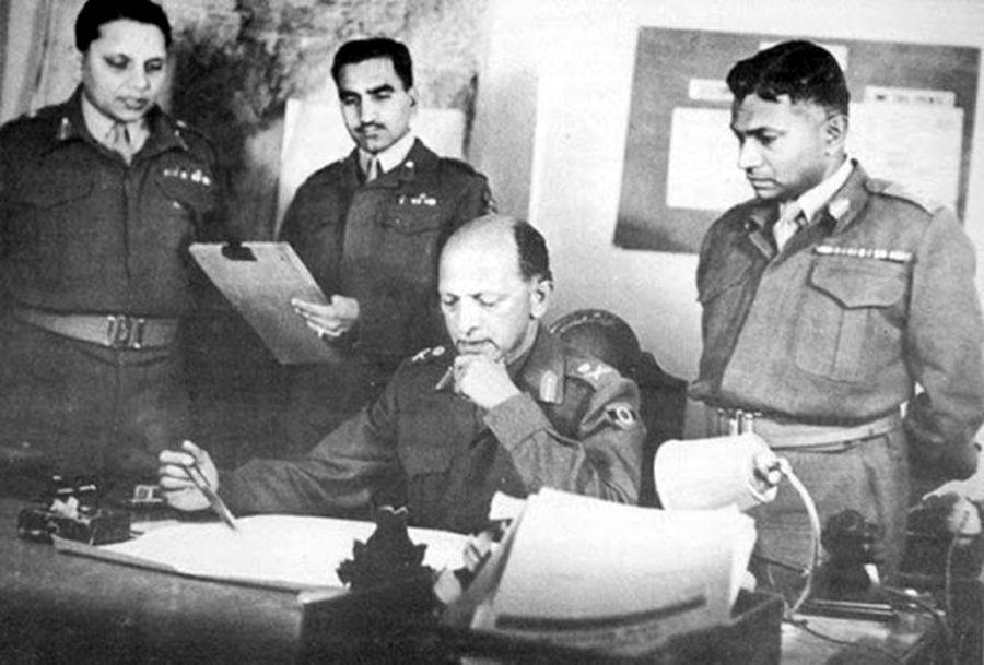 Первый индийский главнокомандующий армии фельдмаршал Кариаппа в рабочем кабинете