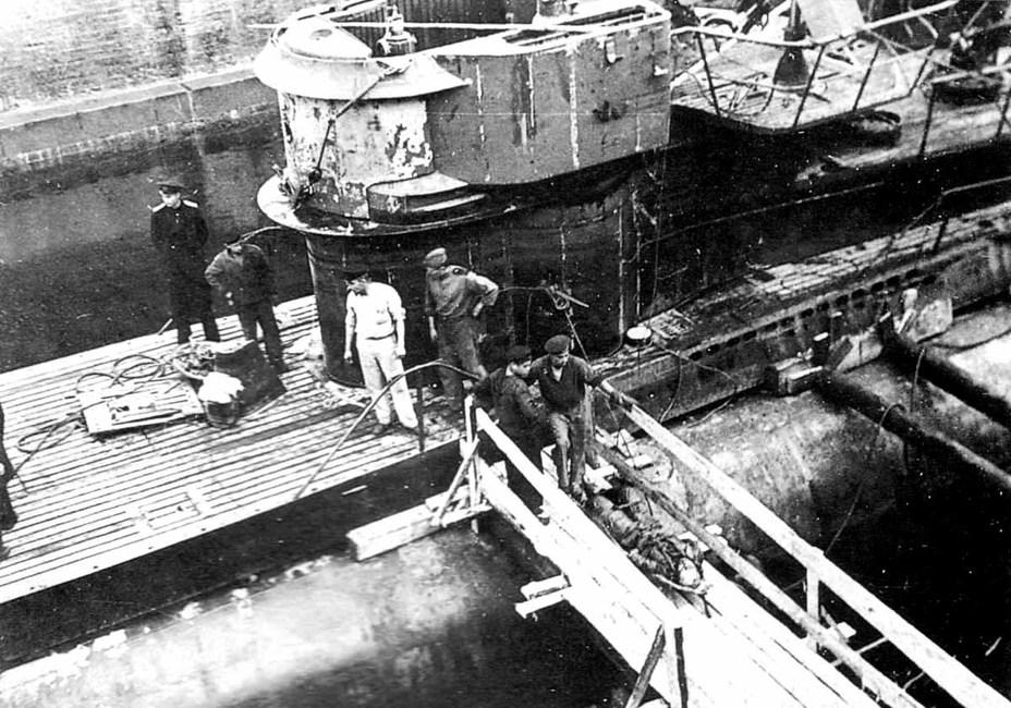 Извлечение тел немецких подводников из U 250 в доке Кронштадта. sovboat.ru -  «Примирённые смертью взывают к миру»   Warspot.ru