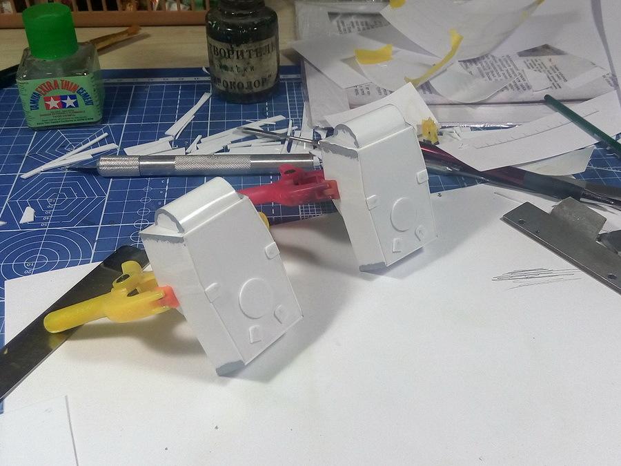 Для работы были подготовлены два образца из листового полистирола толщиной 1 мм, имитирующие сварные башни танка КВ-1. Дополнительно к этим образцам мы взяли куски листа пластмассы, на которых будут предварительно тестироваться все стадии процесса. Это очень удобный метод при окраске и тонировке любой модели — попробовать цвет или воздействие эффекта «на кошках», чтобы избежать ошибок на модели. Алгоритм максимально прост: попробовали на ненужном куске пластика или части старой модели, оценили, учли ошибки, сделали на модели - Белые танки Красной армии: «зима в масштабе» | Warspot.ru