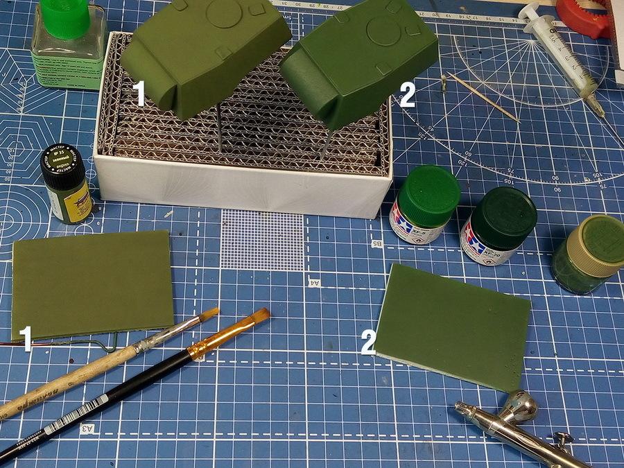 Обе башни загрунтованы из баллона (грунтовка Vallejo Black Surface Primer) и через сутки окрашены. Образец №1 красился мягкой кистью в три слоя краской «мастер-акрил» от фирмы «Звезда» («зелёный» №35), пропорция с водой 50/50. Вторая башня задута из аэрографа смесью красок Tamiya XF-5 «Flat green» (20%), XF-70 «Dark green 2» (20%) и разбавителя X-20a (60%). Первый оттенок вышел более «тёплый» и ближе к цвету 4БО, второй «холоднее». Краску достаточно удобно набирать и дозировать обычным медицинским шприцем с толстой иглой - Белые танки Красной армии: «зима в масштабе» | Warspot.ru