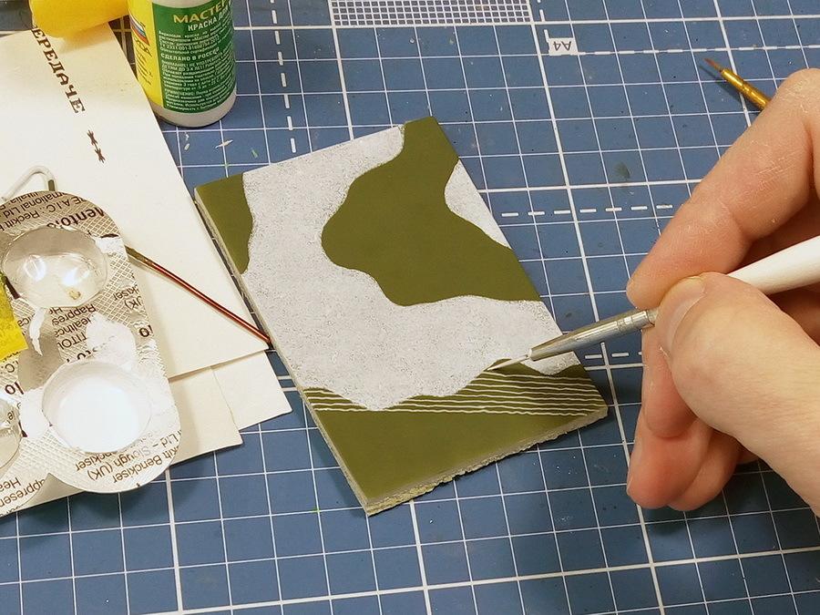 Переходим к более сложному этапу нанесения камуфляжа — рисованию сетки. Пробы начались с попытки рисовать первыми мелкие ячейки 1–1,5 мм, оставляя место для тёмных пятен. Белый акрил «Звезда», разведенный в пропорции 50/50 с водой, будем применять на обоих образцах. Можно попробовать рисовать сетку художественным маслом, будет легче исправлять ошибки, но и сохнуть такая краска будет сутки, а то и двое. Тонкая кисть №1 или №00, обязательно с тонким кончиком и длинным ворсом — такая набирает больше краски и ею удобно вести длинные и тонкие линии - Белые танки Красной армии: «зима в масштабе» | Warspot.ru