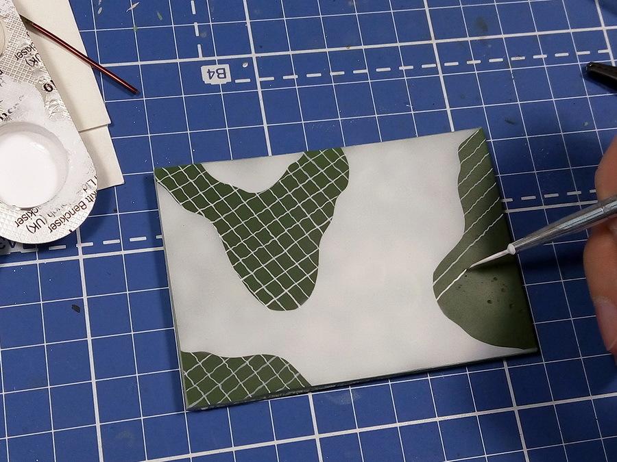 Дальнейшие пробы на образце №2 показали, что намного удобнее сначала нарисовать полностью «тёмно-серый» цвет, т.е. области, где преобладает базовый зелёный цвет и сетка редкая (размер ячеек в районе 3,5–5 мм), а потом уже разбивать редкую сетку на более мелкую из расчёта 3×3 или 2×2 мелких квадрата в каждой ячейке. Есть небольшая хитрость: если рисовать линии сразу от руки сложно, можно предварительно нарисовать сетку белым акварельным карандашом, а затем краска его скроет - Белые танки Красной армии: «зима в масштабе» | Warspot.ru