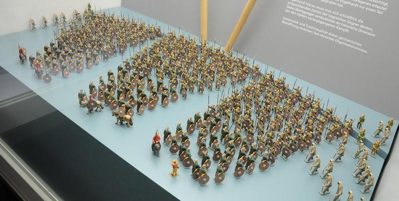 Реконструкция построения армии, снаряжение которой было обнаружено в Нидаме. Археологи предполагают, что она насчитывала от 400 до 500 воинов с различным комплектом вооружения. Примерно 350 воинов имели копьё и дротик, ещё 100 владели мечом и 40 вооружались только луком и топором. Большинство воинов, как и в Иллерупе, сражались пешими, вожди были верхом на лошадях - Скандинавские клады: вожди и воины | Warspot.ru