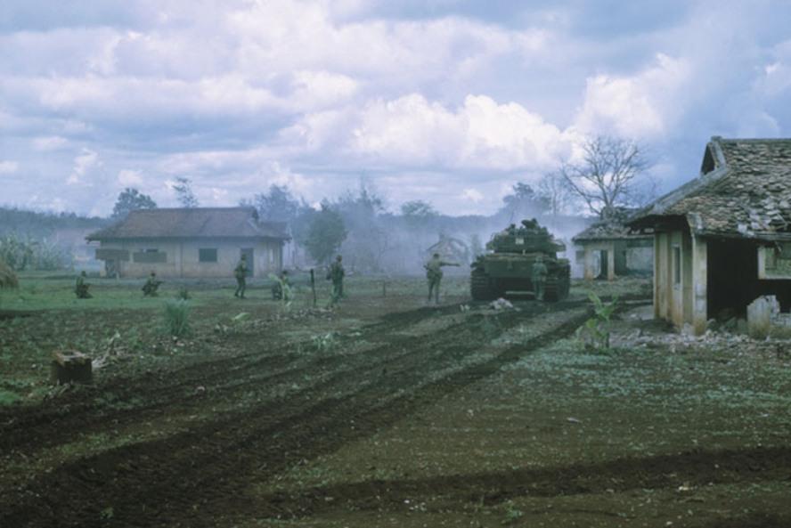 Танк эскадрона «В» в сопровождении пехотинцев входит в Биньба. awm.gov.au - «Центурионы» в джунглях | Warspot.ru