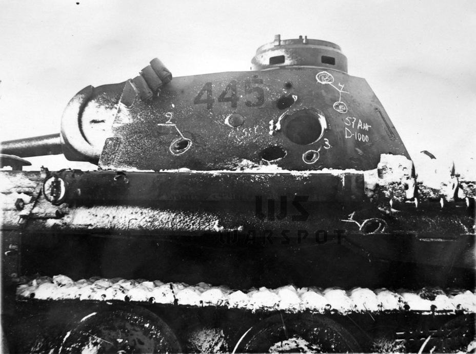 Бортовая броня немецкого танка оказалась уязвимой для огня орудий калибра 57–76 мм на дистанциях до километра. В сочетании с неважной обзорностью в боковой проекции это и стало причиной многочисленных потерь «Пантер» от флангового огня - Страшнее кошки зверя нет | Warspot.ru