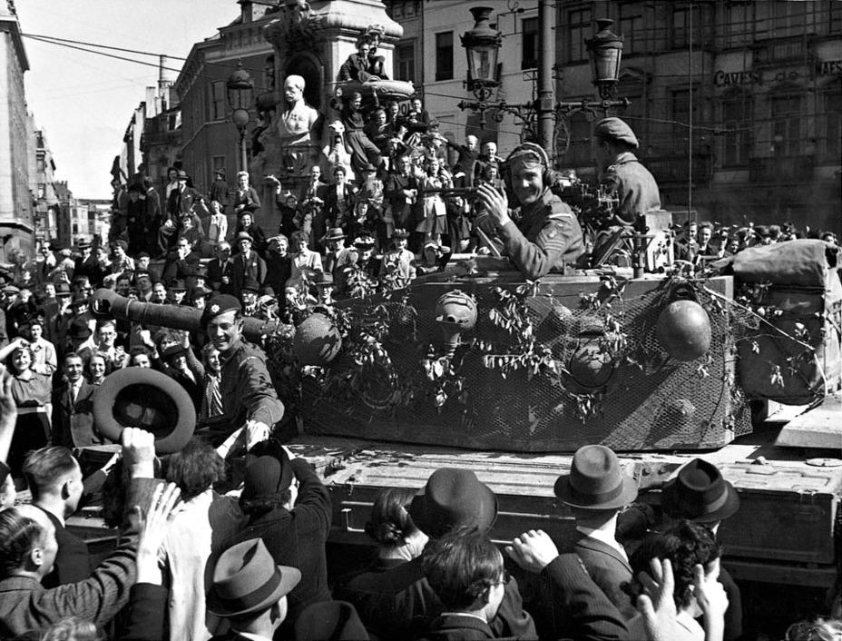 Британские войска на улицах освобождённого Брюсселя. germanwarmachine.com - Большая ошибка Монти   Warspot.ru