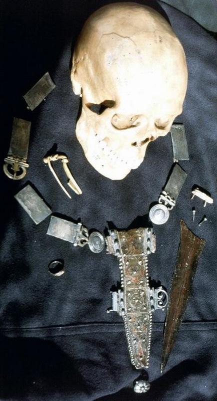 Череп, пояс и кинжал с ножнами, принадлежавшие солдату, найденному на дне колодца в Фельсене.