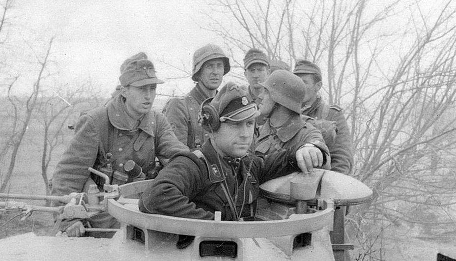 Альфред Гроссрок в башне своей «Пантеры» в окружении пехотинцев из боевой группы Вюле. kriegsberichter-archive.com - Операция «Ильзе» | Warspot.ru