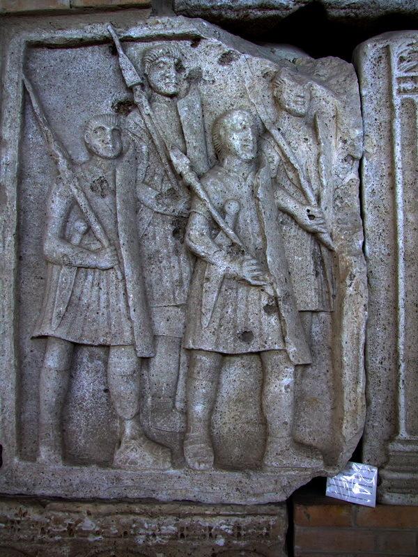 Римские легионеры на метопах Трофея Траяна из Адамиклисси