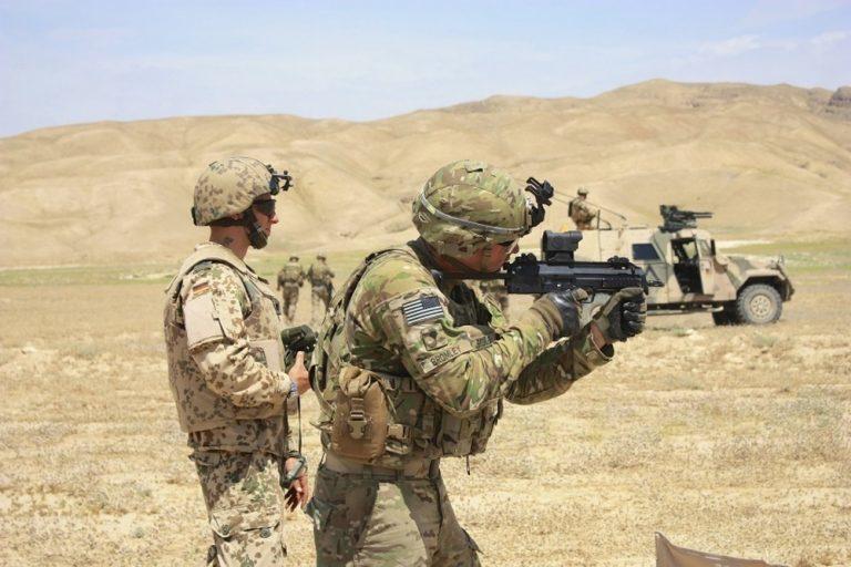 Американские солдаты стреляют из пистолета-пулемёта HK MP7 в рамках совместных учений с немецкими коллегами. thefirearmblog.com - Американская армия опробует пистолеты-пулемёты | Warspot.ru