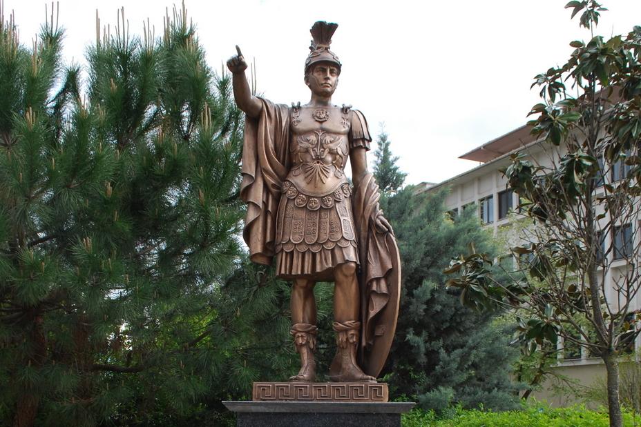 Романтизированный памятник Пирру, установленный в греческом городе Янина - Пирр: авантюрист, полководец, правитель | Warspot.ru