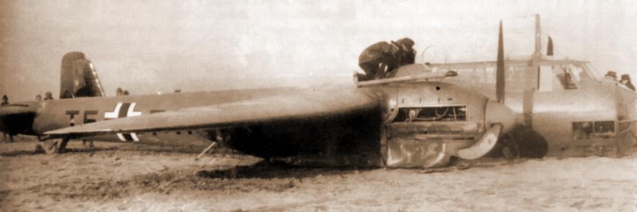 Do17S-0 лейтенанта Теодора Розариуса, подбитый французскими истребителями и совершивший вынужденную посадку. Самолёт не имеет вооружения, но несёт маркировку боевого подразделения — 1.(F)/Ob.d.L. - Крылатые предвестники войны | Warspot.ru