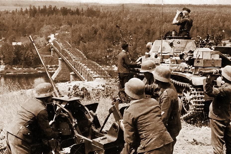 Немецкий лёгкий танк Pz.Kpfw.II и расчёт 20-мм зенитного орудия у моста через Неман у Алитуса - Нестандартное 22 июня | Warspot.ru