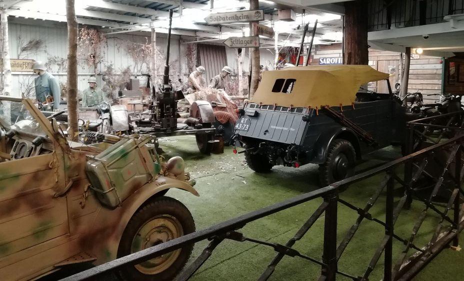 Зал автомобилей и мотоциклов. В центре стоит 20-мм зенитная пушка. Фото автора - Приют настоящего коллекционера | Warspot.ru