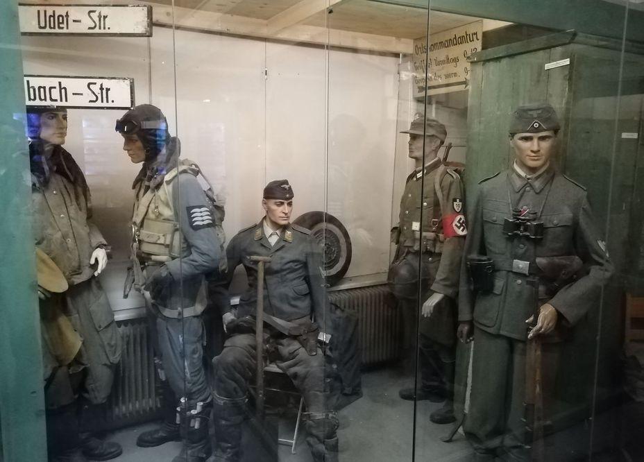 Витрина, посвящённая оккупации Голландии. Фото автора - Приют настоящего коллекционера | Warspot.ru