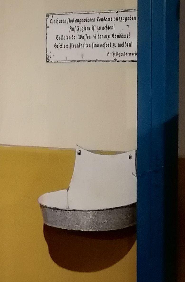 Презервативница, стоявшая на выходе из военного госпиталя войск СС. Табличка сверху (тоже оригинальная) от имени полевой жандармерии напоминает, что солдат СС пользуется презервативами! (именно так — с восклицательным знаком). Фото автора - Приют настоящего коллекционера | Warspot.ru