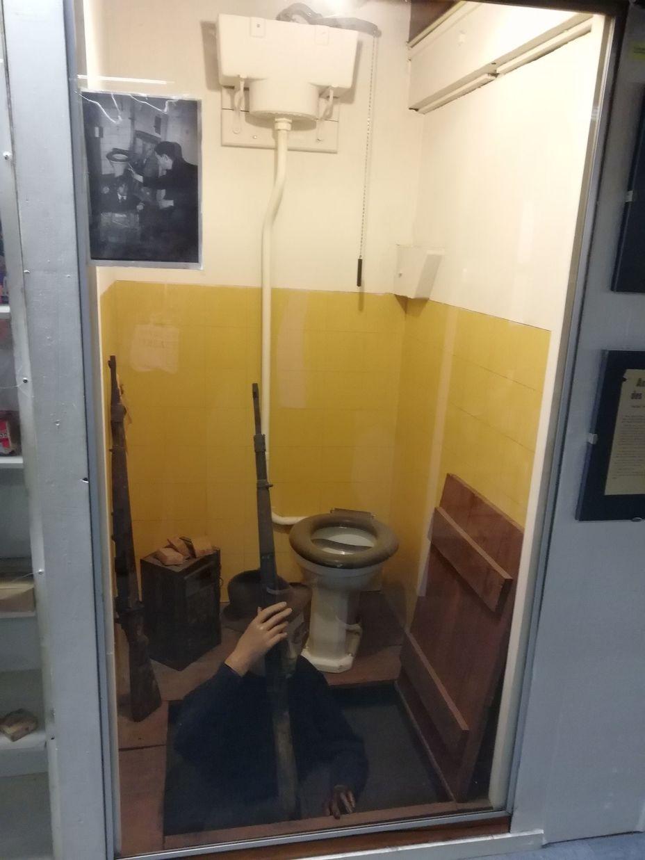 «Тот самый унитаз», под которым подпольщики прятали своё оружие. Оригинальное фото видно на стекле слева вверху. Фото автора - Приют настоящего коллекционера | Warspot.ru