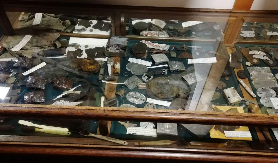 Вещи, найденные в подвале здания нынешнего музея. Фото автора - Приют настоящего коллекционера | Warspot.ru