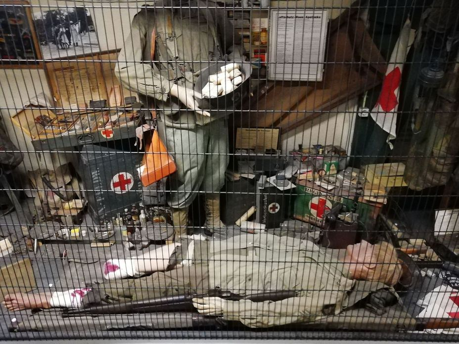 Витрина, посвящённая полевой медицине. Штаны, надетые на лежащего манекена, «играли» в фильме «Band of brothers». Фото автора - Приют настоящего коллекционера | Warspot.ru