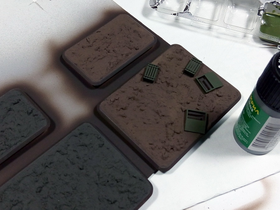 Две подставки будут в серо-чёрных тонах, ещё две — в оттенках коричневого. Оттенки не принципиальны, т.к. природные цвета очень разнообразны. Слой «земли» рекомендуется делать толщиной не более 3–4 мм, тогда смесь будет сохнуть быстрее и равномернее. Ящики на этом этапе окрашены в два слоя кистью зелёным акрилом от «Звезды», краска разведена водой на 30–40% - Пушки-игрушки | Warspot.ru