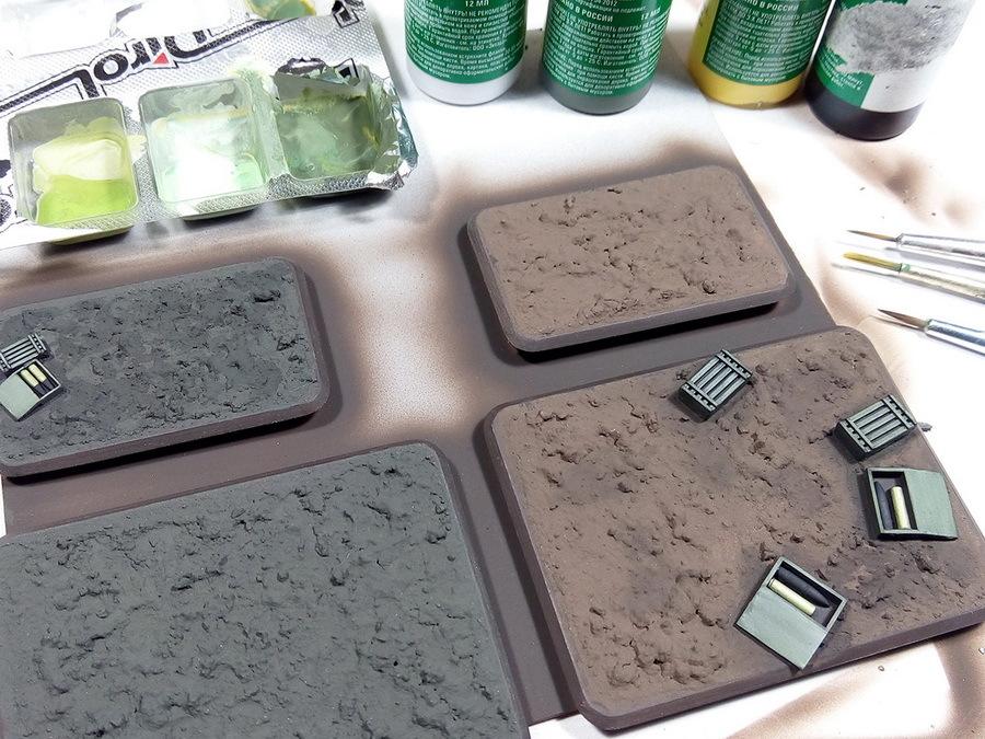 Ящики дополнительно высветлены кистью светло-зелёным акрилом (смесь зелёного и белого от «Звезды»), гильзы окрашены под латунь. «Земля» полностью высохла, смесь затвердела. Для имитации рельефа можно применять абсолютно разные рецепты — например, смесь акриловой шпаклёвки по дереву, мелкого песка, опилок или гипса, ПВА, воды и акриловой краски или гуаши. Рецепты могут быть самыми разнообразными — главное, внести в смесь клей, шпаклёвку или акриловый лак, который её «сцементирует» - Пушки-игрушки | Warspot.ru