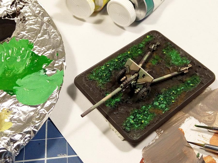 Как и на мелких деталях трактора и орудий, можно выделить отдельные участки травы очень светлыми оттенками зелёного цвета для большего контраста. Финальный штрих — жёлтые точки тонкой кистью для имитации цветов - Пушки-игрушки | Warspot.ru