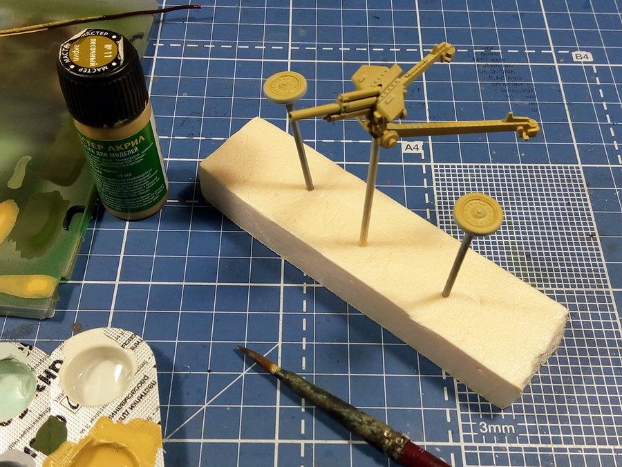 Гаубицу М-30, как уже было сказано, будем красить без аэрографа. Первый цвет — базовый оттенок; использован песочный цвет, мастер-акрил от «Звезды» + 30–40% воды. Мягкой толстой кистью наносим два полупрозрачных слоя с промежуточной сушкой. Для ускорения сушки модель можно подсушить обычным феном для волос при температуре 40–50°C - Пушки-игрушки | Warspot.ru