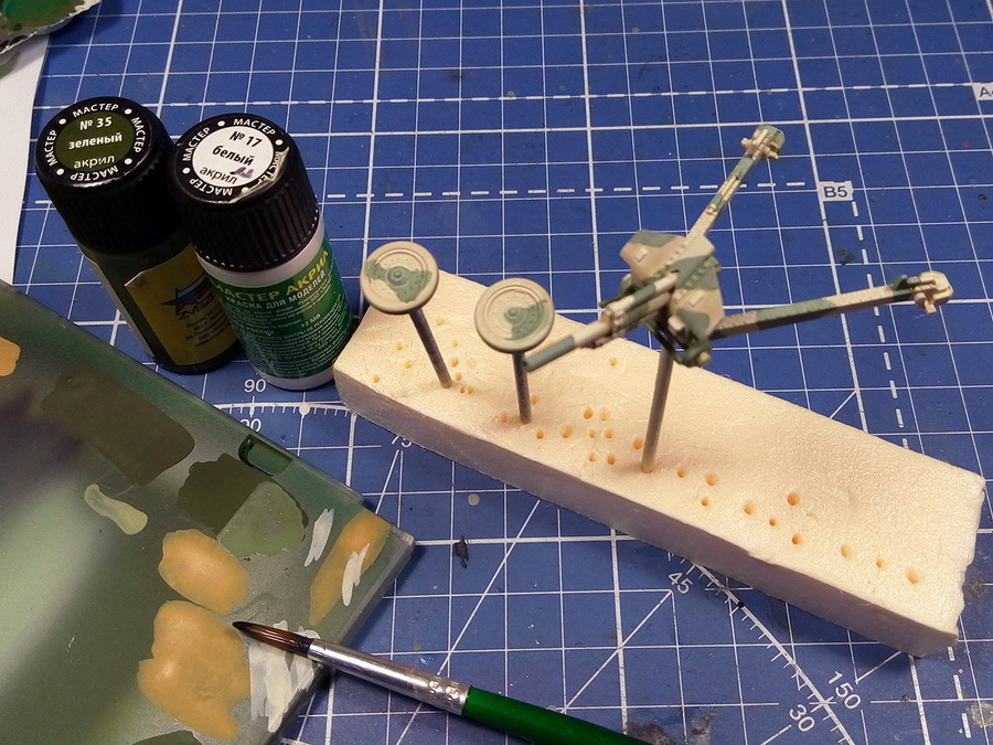 Второй цвет, зелёный — мастер-акрил от «Звезды», разведённый на 50% водой. Достаточно одного базового слоя с последующим высветлением с добавкой белого. Принцип нанесения света и тени одинаков при всех технологиях — все элементы, выступающие визуально, — светлые, всё, что внизу или в тени — тёмное - Пушки-игрушки | Warspot.ru