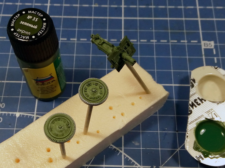 76-мм полковую пушку окрашиваем в сплошной зелёный цвет, создавая подложку под белый камуфляж. Используем в два слоя зелёную жидкую краску — мастер-акрил от «Звезды» + вода 30–40% - Пушки-игрушки | Warspot.ru